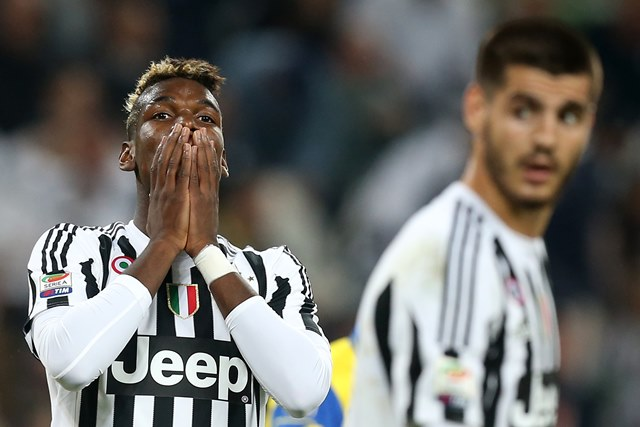Paul Pogba se lamenta de una ocasión de gol. (Foto Prensa Libre: AFP)