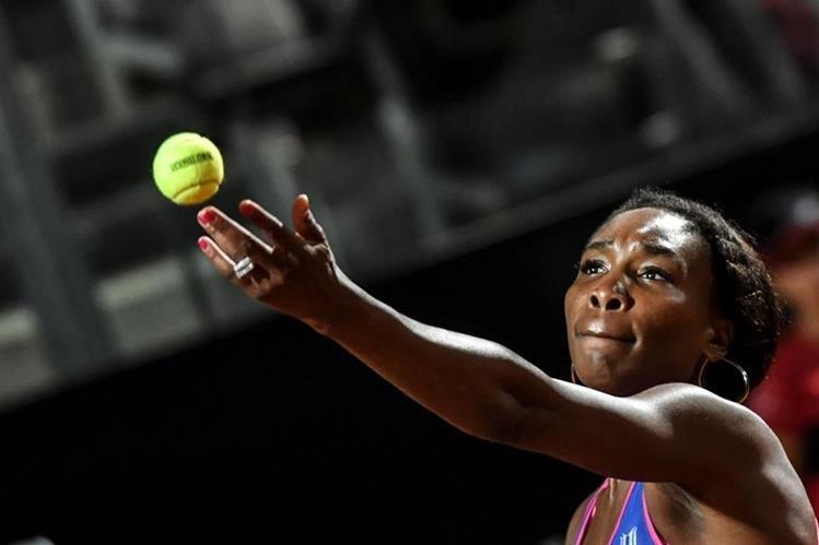 La tenista estadounidense Venus Williams debutó este lunes con un triunfo 6-4, 7-6 (4) ante la jugadora de Kazajistán Yaroslava Shvedova. (Foto Prensa Libre: AFP)