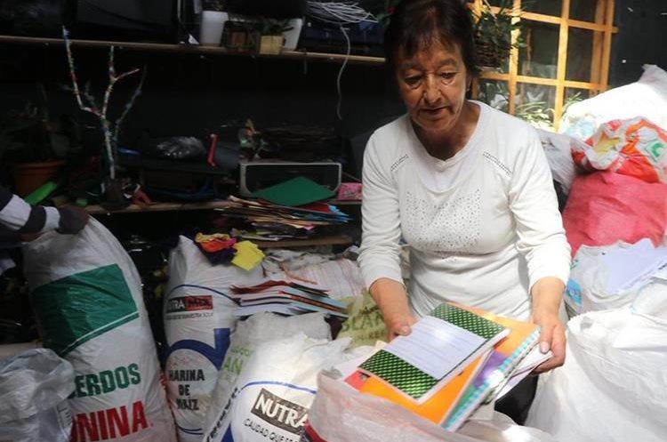 Unas 20 toneladas de papel almacena doña Leticia Barrios en su vivienda, donde las clasifica y reutiliza. (Foto Prensa Libre: Whitmer Barrera)