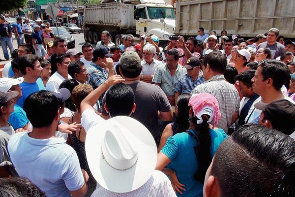 Vecinos impiden el paso de dos camiones  de la empresa Palo Alto, en  San Francisco Zapotitlán, Suchitepéquez. (Foto Prensa Libre: Omar Méndez)
