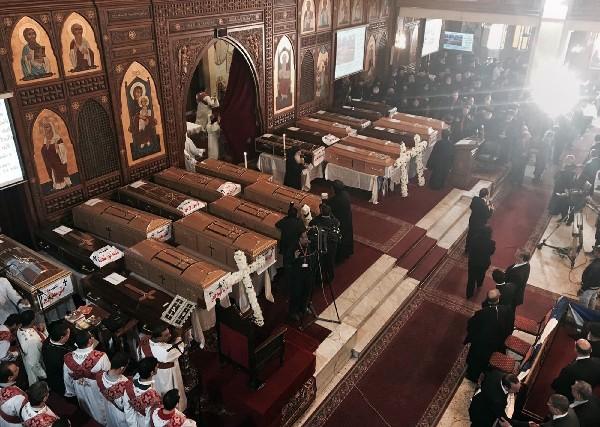 Los ataúdes de las víctimas del atentado presentes durante un servicio fúnebre el Cairo, Egipto. (AP).