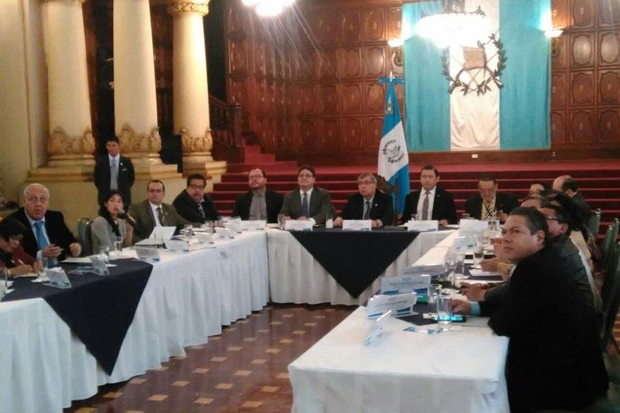 La ministra de Salud, Lucrecia Hernández, expone el plan de trabajo en el Palacio Nacional de la Cultura, ante el Conasan. (Foto Prensa Libre: Estuardo Paredes)