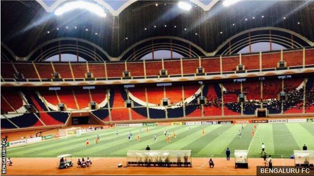 El enorme estadio May Day que pude albergar 150,000 espectadores, pero se estima que sólo hubo alrededor de 9.000 durante el partido. (Foto Prensa Libre: BBC Mundo)