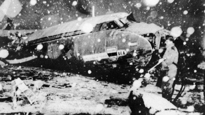El avión de la Aerolínea Europea Británica (BEA, por sus siglas en inglés) chocó contra una casa en su tercer intento por despegar bajo una tormenta de nieve. (Getty)