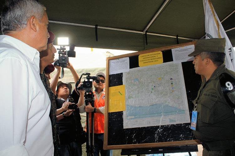 Presidente Otto Pérez verifica funcionamiento de campamento de Sinaprese ubicado en km 38 de Palín, Escuintla. (Foto Prensa Libre: Carlos Paredes)