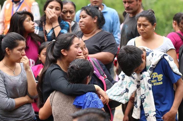 Familiares y amigos lloran al enterarse de la aparición del cadáver de Abelina Ordóñez. (Foto Prensa Libre: Mike Castillo)
