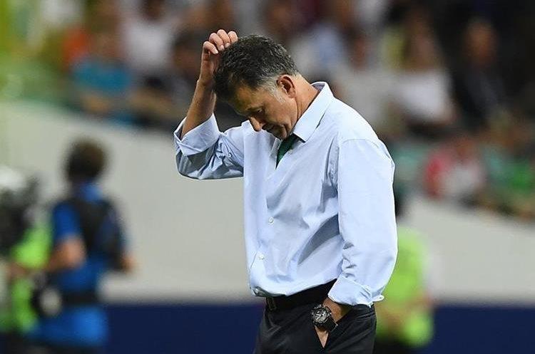 El técnico de México, Juan Carlos Osorio, estuvo inquieto durante todo el partido. (Foto Prensa Libre: AFP)
