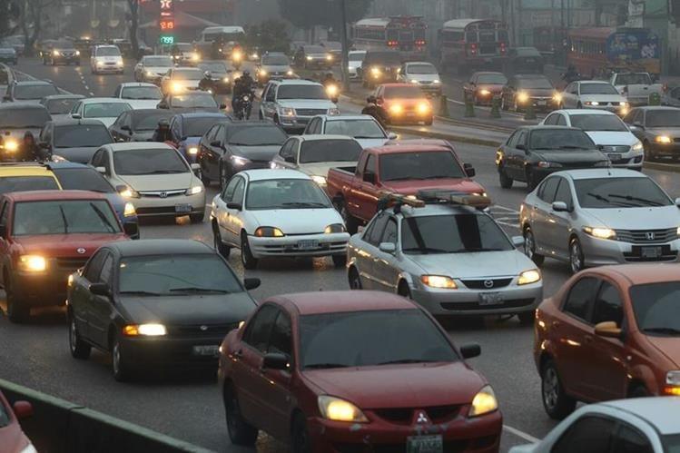 Complicaciones en el tránsito han sido reportadas en varias zonas de la capital. (Foto Prensa libre: álvaro Interiano)