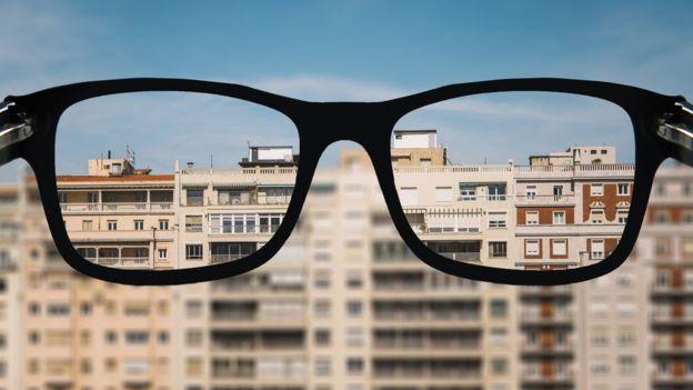 La miopía está causada por una combinación de factores genéticos y ambientales que alteran el desarrollo normal del ojo. (GETTY IMAGES).