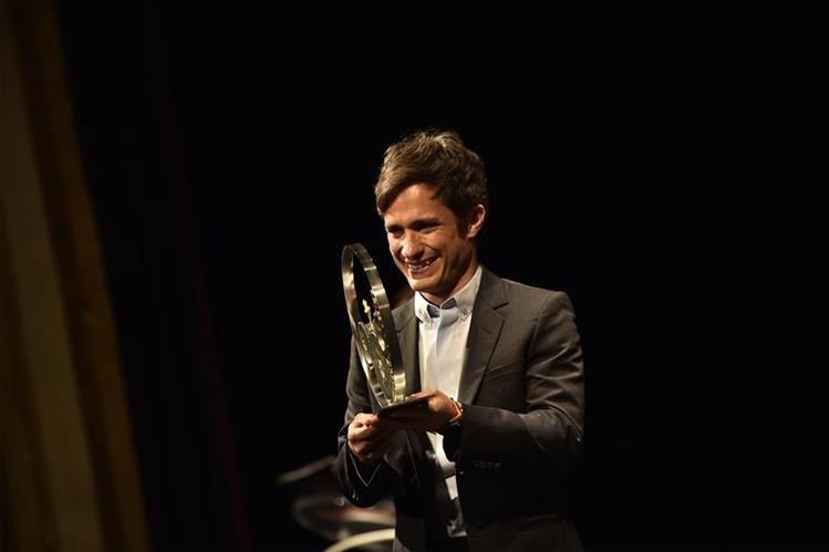 El actor mexicano Gael García Bernal fue galardonado por su trayectoria en la pantalla. (Foto Prensa Libre: AP)