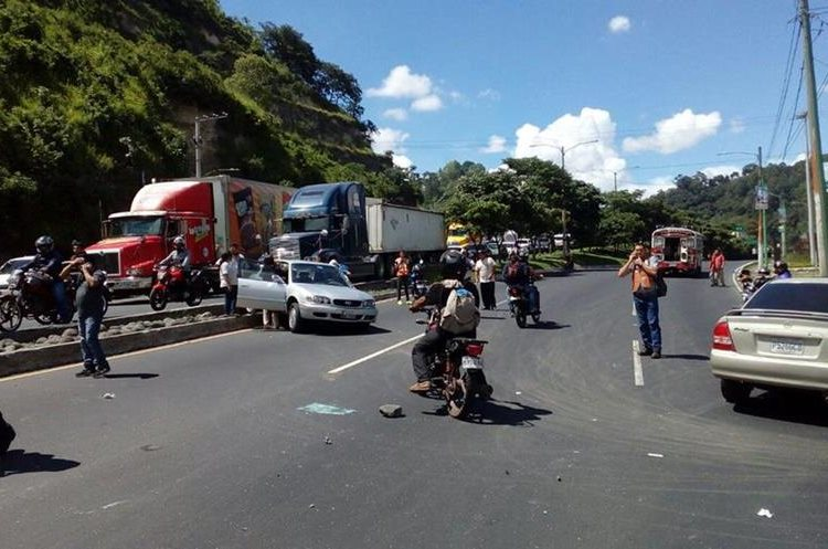 Al menos seis vehículos y un tráiler resultaron dañados en un choque en el km 13 de la ruta al Pacífico.
