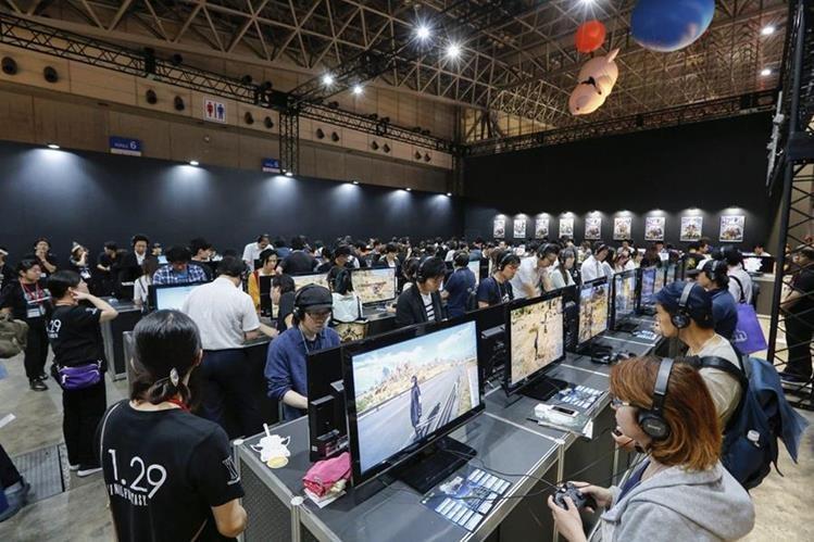 Varios visitantes prueban diferentes videojuegos durante el Tokyo Game show en el centro de convenciones Makuhari Messe en la localidad de Chiba, al este de Tokio, Japón. (Foto Prensa Libre: EFE).