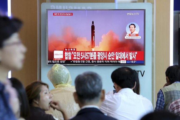 Corea del Norte disparó un misil balístico desde su capital, Pionyang y sobrevoló Japón. (Foto Prensa Libre:AP).