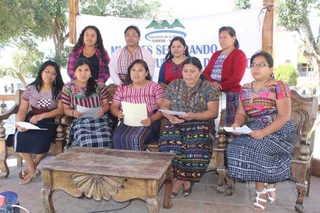 Representantes de grupos defensores de los derechos de la mujer dan a conocer su postura sobre hechos de violencia doméstica, en Sololá. (Foto Prensa Libre: Ángel Julajuj)