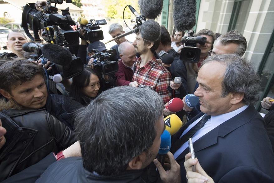 Michel Platini abandona la sede del TAS durante la presentación de la apelación que presentó en este organismo por su suspensión. (Foto Prensa Libre: AP)