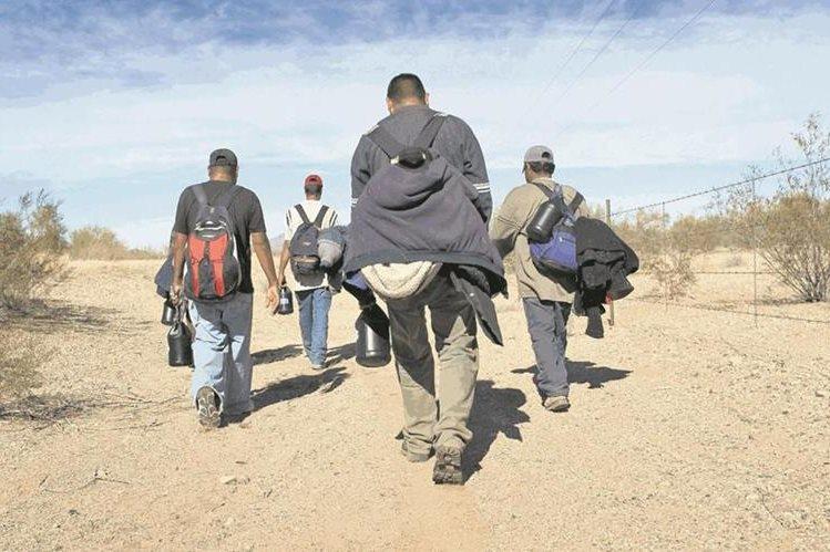 (Foto de referencia). Migrantes se disponen a cruzar la frontera entre México y EE. UU. por el desierto. (Foto Prensa Libre: Hemeroteca PL).