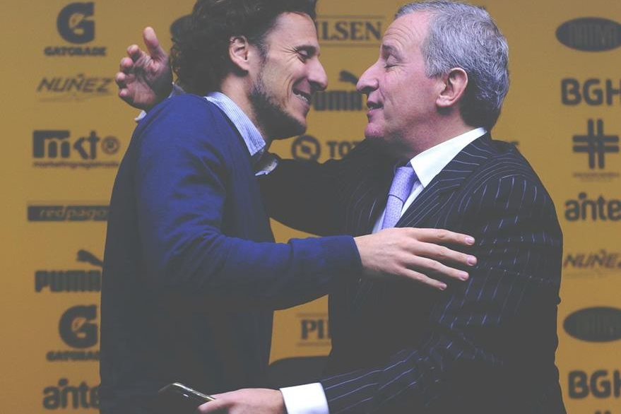 Forlan del presidente del club, Juan Pedro Damiani. (Foto Prensa Libre: AFP)