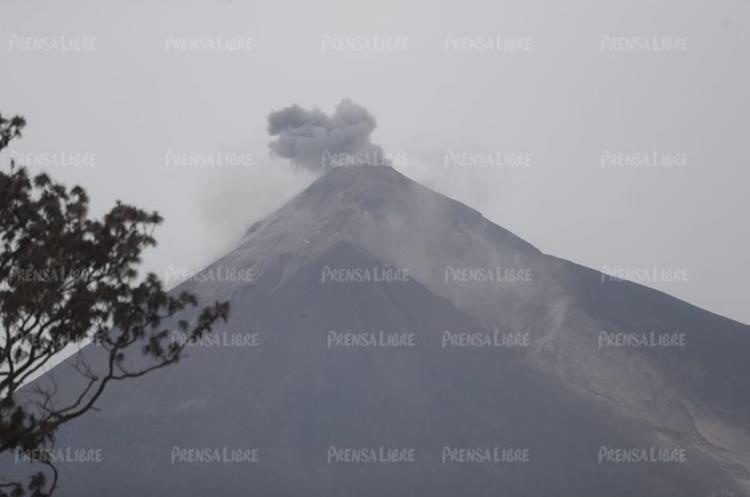 La fumarola del volcán puede provocar lluvia ácida, pero en perímetro cercano al cráter (Foto Prensa Libre: Érick Ávila).