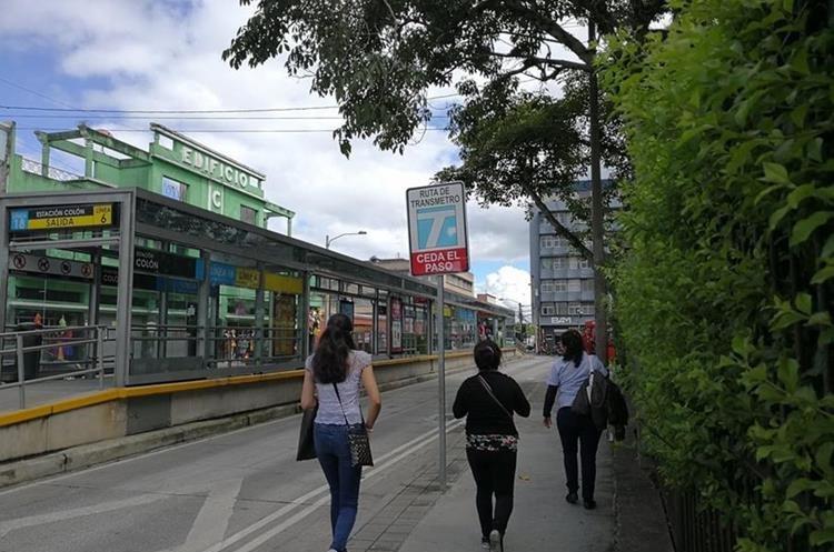 El parque es hoy un punto crucial para los usuarios del transporte urbano. (Foto Prensa Libre: José Luis Escobar).