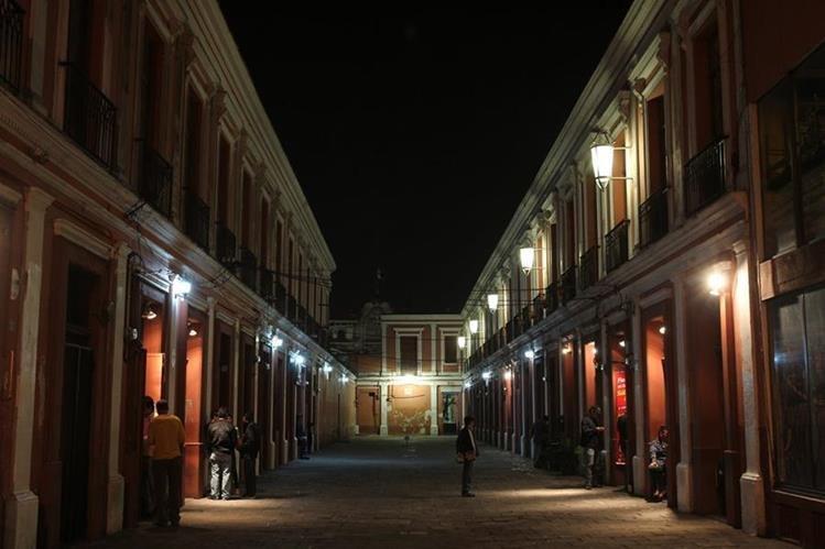 En varios negocios del Centro Histórico solo se ha colocado cielo falso para tratar de mitigar el sonido, lo cual no es suficiente, según la dirección del Centro Histórico.(Foto Prensa Libre: Hemeroteca PL)