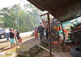 Accidente de autobús causa al menos tres heridos en Barberena, Santa Rosa. (Foto Prensa Libre: Oswaldo Cardona)