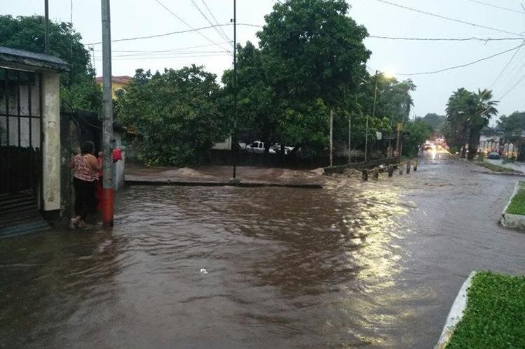 La fuerte lluvia ocasionó que dos ríos se desbordaran en Retalhuleu. (Foto Prensa Libre: Rolando Miranda)