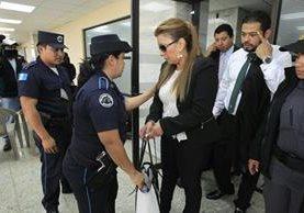 Anabella de León ingresa al Juzgado Sexto para rendir su primera declaración. (Foto Prensa Libre: Paulo Raquec)