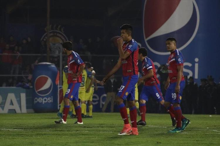 Jugadores de Xelajú MC se lamentan después de no conseguir el pase a semifinales del torneo Apertura. (Foto Prensa Libre: Raúl Juárez)