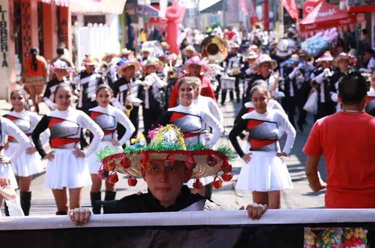 Las bandas escolares fueron uno de los atractivos del desfile, el cual fue aplaudido por decenas de personas. (Foto Prensa Libre: Cristian Icó Soto)