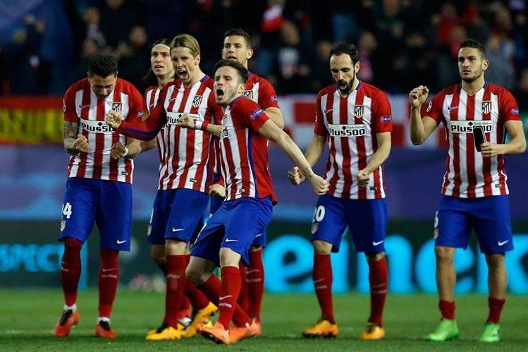 Los jugadores del Atlético de Madrid reaccionan con emoción luego de Luciano Narsingh fallara su penalti. (Foto Prensa Libre: AFP)