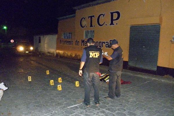 Peritos  del Ministerio Público buscan evidencias en escena del crimen,     en Zacapa.