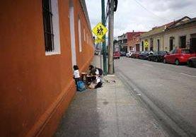 Bernardo Aparicio y sus hijos frente a la iglesia Belén en la zona 1. (Foto Prensa Libre: José Patzán)
