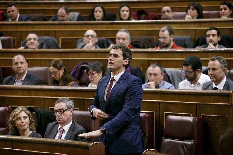 El líder del partido Ciudadanos, Albert Rivera, habla en el Parlamento español en Madrid. (Foto Prensa Libre: AP).