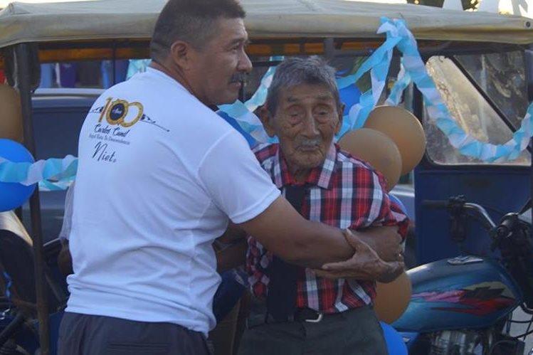 A pesar de su dificultad para caminar, Don Carlos festejó su cumpleaños.(Foto Prensa Libre: Rigoberto Escobar)