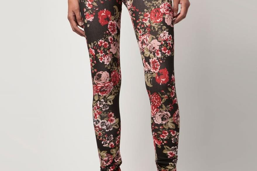 Si el  leggins es de flores, la blusa debe ser de un color.