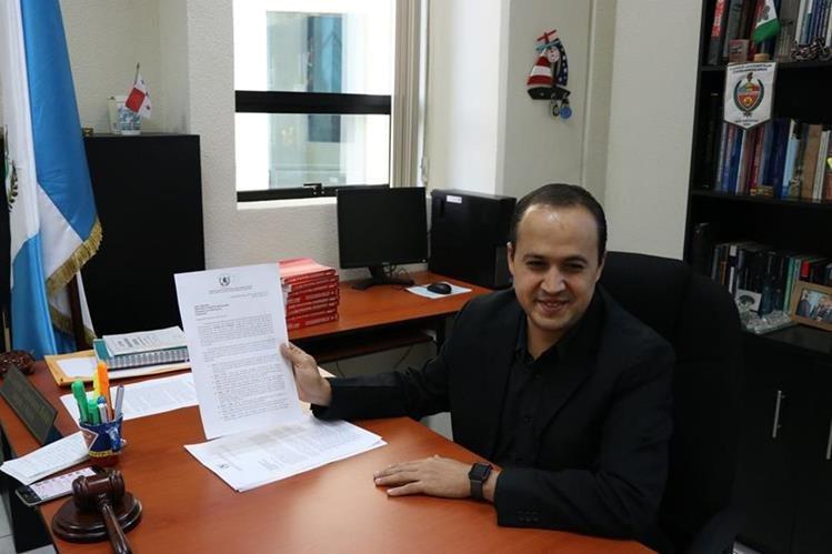 El juez Léster Castellanos informa sobre el incumplimiento del SP con el traslado de un recluso. (Foto Prensa Libre: María José Longo)