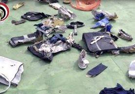 Algunas pertenencias personales y otros restos de EgyptAir. (AP).