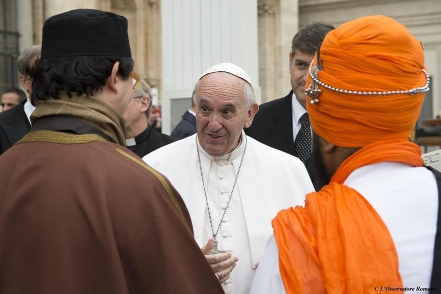 El papa Francisco saluda a líderes de distintas religiones. (Foto Prensa Libre: AP).