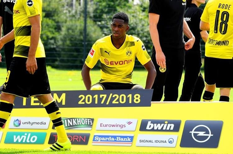 Dembélé participó en la toma de la fotografía oficial del Dortmund. (Foto Prensa Libre: AFP)