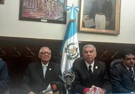 El Presidente Alejandro Maldonado Aguirre en reunión con el Presidente del Congreso, Luis Rabbé, donde anunció el equipo de transición. (Foto Prensa Libre: Esbin García)