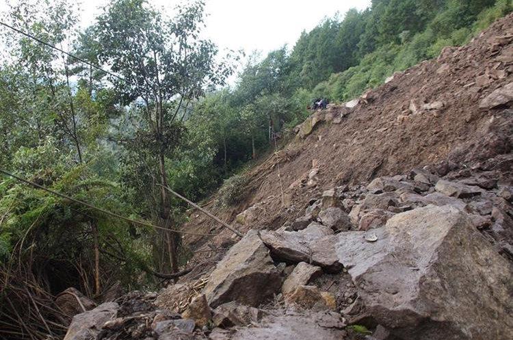 Autoridades analizan dinamitar las rocas grandes para abrir paso hacia el municipio. (Foto Prensa Libre: Whitmer Barrera)