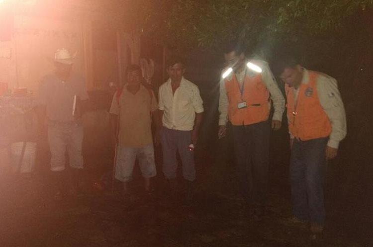 Personal de Conred efectúa monitoreos en viviendas dañadas por la lluvia. (Foto Prensa Libre: Conred)