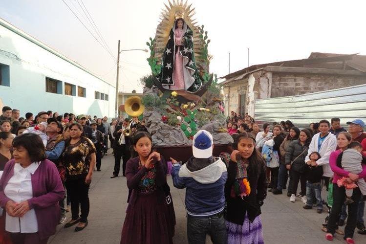 Feligreses participan en procesión en la ciudad de San Marcos. (Foto Prensa Libre: Genner Guzmán).