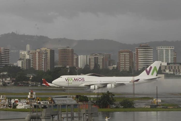El Aeropuerto Internacional La Aurora recibió el primer vuelo de la aerolínea española Wamos Air. (Foto Prensa Libre: Paulo Raquec)