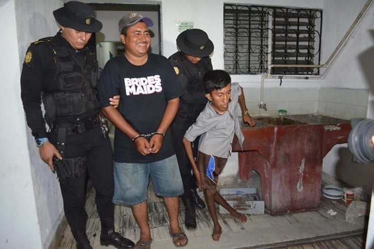 Capturados son trasladados a un juzgado en Retalhuleu por la PNC. (Foto Prensa Libre: Jorge Tizol)