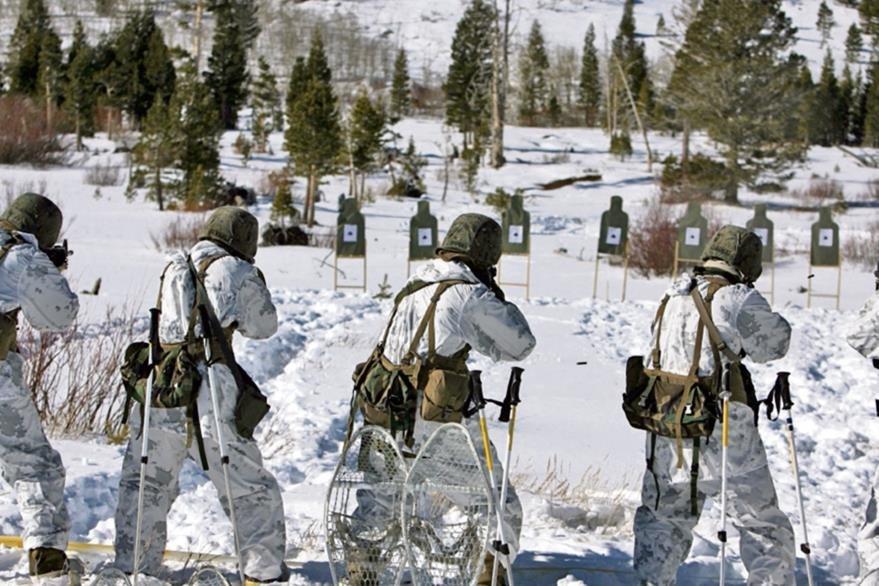 Los trajes  de estos francotiradores fueron confeccionados con un material que se confunde con la nieve.