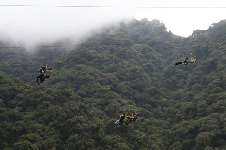 El canopy a gran altura  es una de las principales atracciones del parque ecoturístico, en Jalapa. (Foto Prensa Libre: Hugo Oliva)