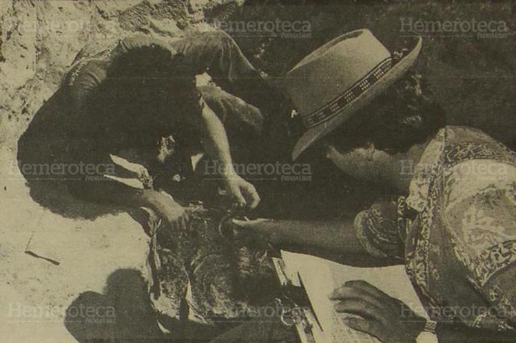 Antropólogos exhuman osamentas en Lo de Sánchez, Rabinal, Baja Verapaz, en enero de 1994. (Foto: Hemeroteca PL)