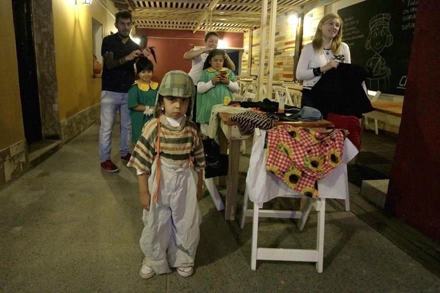 Los visitantes llegan disfrazados de los personajes del programa de televisión. (Foto Prensa Libre: AP)