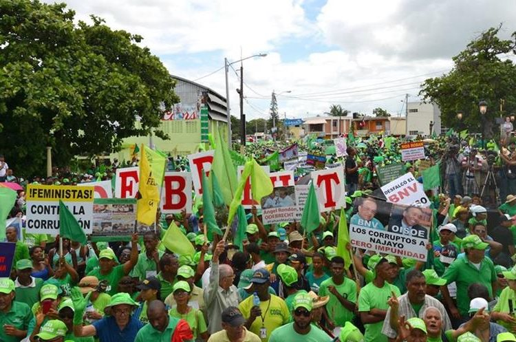 Manifestantes participan en la Marcha Verde contra la corrupción y la impunidad contra los implicados en el caso de Odebrecht. (EFE).